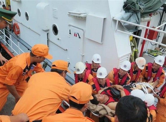 The Maritime Search and Rescue Coordination Centre (MRCC) of Region 4 brought four woundedPhilippinesailors to Nha Trang port in the central province of Khanh Hoa for treatment (Source: VNA)