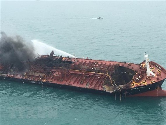 Aulac Fortune oil tanker caught fire in Hong Kong's southern waters on January 8. (Photo: AFP/VNA)