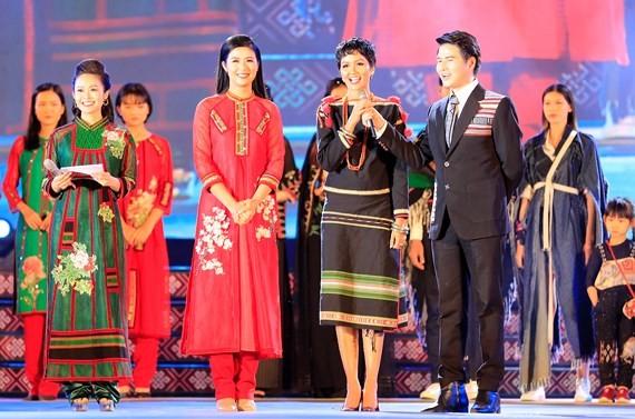 Miss Universe Vietnam 2017 H'Hen Nie speaks in the opening ceremony.