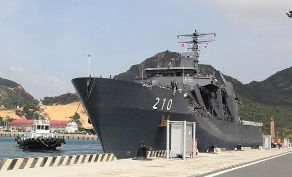 Singaporean naval ship  docked at Cam Ranh International Port (Source: dangcongsan.vn)