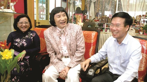 Vo Van Thuong, Politburo member, Secretary of the CPV Central Committee, and head of the CPV Central Committee's Commission for Information and Education (R ) pays a Tet visit to Meritorious Artist Minh Vuong. (Photo: Sggp)