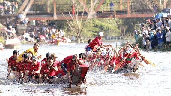 Traditional boat race in Vuc river  (Photo: Sggp)