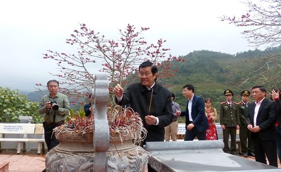Former State President Truong Tan Sang offers incenses to heroes and martyrs at the high point 468. (Photo: Sggp)
