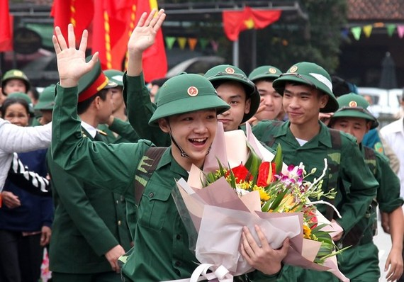 Young people wave at their families at a see-off ceremony in Phu Tho province on February 20 (Photo: VNA)