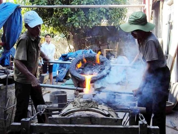 Traditional bronze casting trade of Che village in Thieu Hoa district, Thanh Hoa province (Photo: VNA)