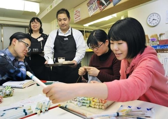 More 140,000 foreigners are already working in the restaurant industry. (Photo: Kyodo)