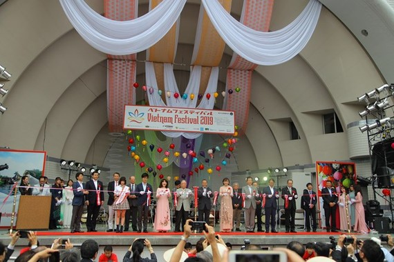 Participants cut the ribbon to open the Vietnam Festival 2019 in Japan on June 8 (Photo: VNA)