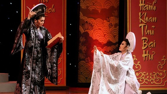Meritorious Artists Tu Suong (L) and Que Tran perfrom in an excerpt from a popular cai luong play of Cau Tho Yen Ngua (Poetry and Saddle).
