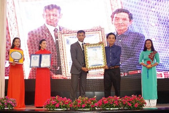 Painter Doan Viet Tien receives the World Records Union (Worldkings)'s recognition for completing abstract paintings by drawing with his own fingers on glass surfaces.