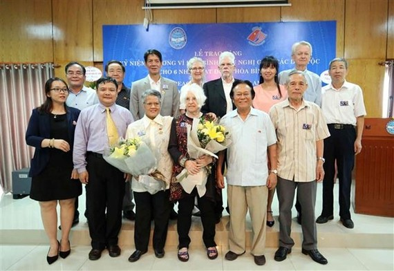 The US peace activists pose for a group photo with the Vietnamese delegates (Photo: VNA)