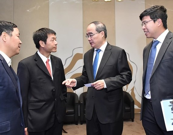 Secretary of the Ho Chi Minh City Party Committee, Nguyen Thien Nhan (2nd, R) talks with delegates at the seminar. (Photo: SGGP))