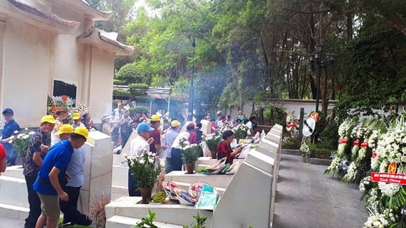 A large number of people has offered incenses and flowers to martyrs at the Dong Loc T-junction historical site. (Photo: Sggp)