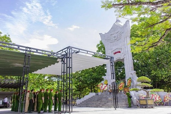 Tens of of people throughout the country has flocked to Quang Tri legendary land to offer incense and pay floral tributes to fallen soldiers. (Photo: Sggp)