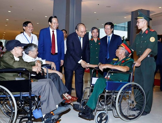 Prime Minister Nguyen Xuan Phuc (centre) meets with seriously injured war veterans at the gathering in Hanoi on July 25 (Photo: VNA)