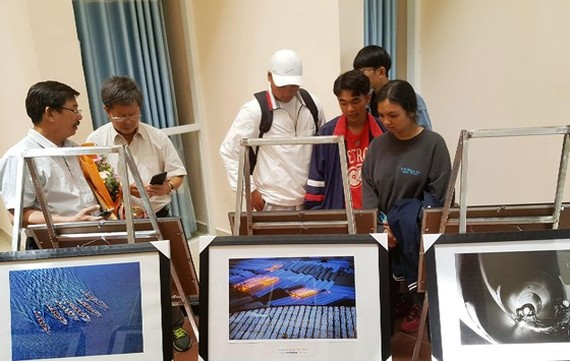 The photo exhibition attracts many visitors. (Photo: Sggp)