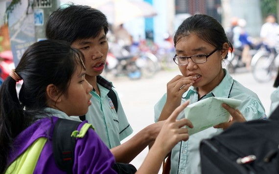Thí sinh bàn luận sau khi kết thúc môn thi tiếng Anh kỳ thi tuyển sinh lớp 10 năm 2018-2019 tại hội đồng thi Nguyễn Thị Thập, quận 7