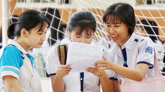 Thí sinh trao đổi sau giờ thi Toán tại điểm thi Trường THCS Long Thới (huyện Nhà Bè, TPHCM). Ảnh: HOÀNG HÙNG