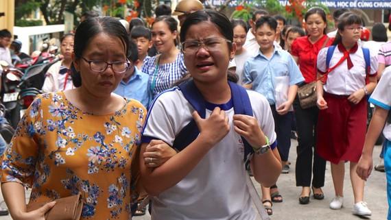 Thí sinh bật khóc sau khi hoàn thành buổi thi khảo sát năng lực bằng tiếng Anh Trường THPT chuyên Trần Đại Nghĩa. Ảnh: HOÀNG HÙNG