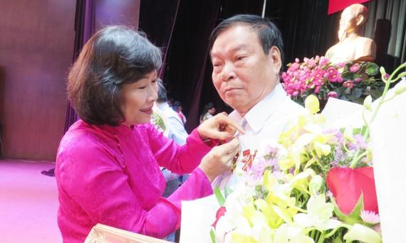 Đồng chí Nguyễn Thị Tô Châu, Phó Trưởng Ban Tổ chức Thành ủy TPHCM  trao Huy hiệu Đảng cho các đảng viên cao tuổi