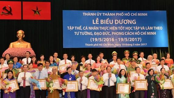 Thành phố tuyên dương các tập thể,cá nhân điển hình trong việc học tập và làm theo tấm gương đạo đức Hồ Chí Minh. Ảnh:Việt Dũng  