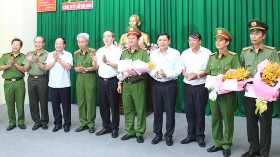 Bí thư Thành ủy TPHCM Nguyễn Thiện Nhân khen thưởng các đơn vị. Ảnh: ĐAN NGUYÊN