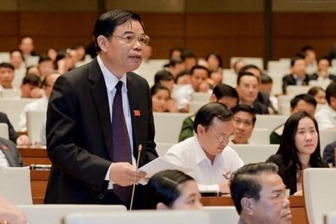 Bộ trưởng Bộ NNPT-NT Nguyễn Xuân Cường báo cáo tại hội trường sáng 1-11