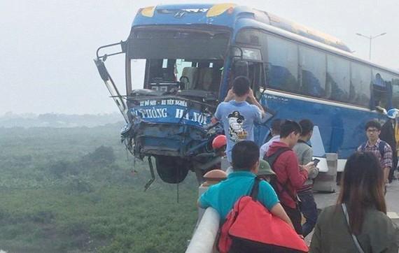 Xe khách chồm qua lan can cầu Thanh Trì