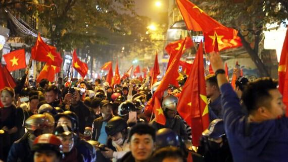 Đông đảm người dân đổ ra đường ăn mừng chiến thắng của đội tuyển U23 Việt Nam trước U23 Iraq. Ảnh: LÃ ANH