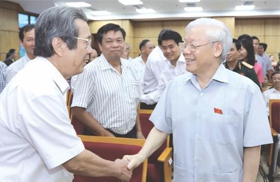 阮富仲總書記與選民交談。