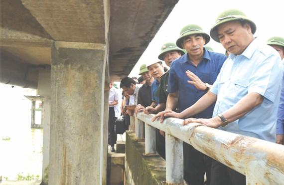 阮春福總理指導寧平省黃龍河堤的防洪工作。