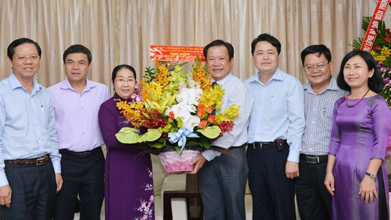 Phó Bí thư Thành ủy TPHCM Võ Thị Dung tặng hoa chúc mừng Báo Pháp Luật TP. Ảnh: VIỆT DŨNG
