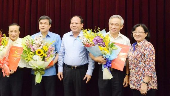 Các đồng chí Tất Thành Cang và Thân Thị Thư chúc mừng các đồng chí nhận quyết định