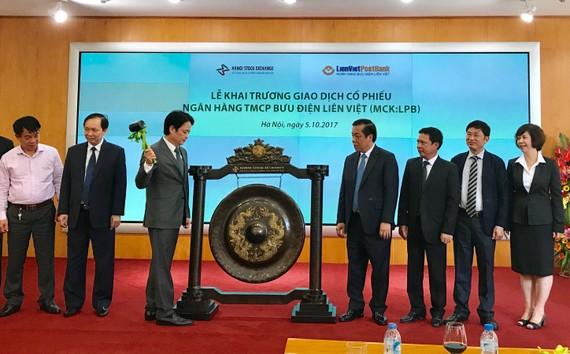 TS Nguyễn Đức Hưởng, Chủ tịch LienVietPostBank đánh cồng khai trương giao dịch cổ phiếu LPB