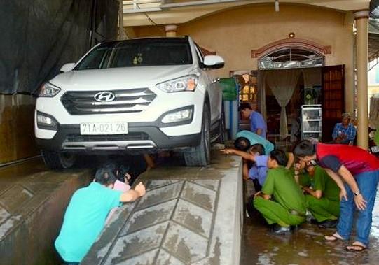 Lực lượng chức năng khám nghiệm chiếc xe gây tai nạn. Ảnh: THANH LIÊM