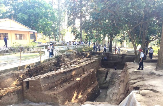 Một trong 2 hố được khai quật tại chùa Linh Sơn. Ảnh: NHUNG NGUYỄN