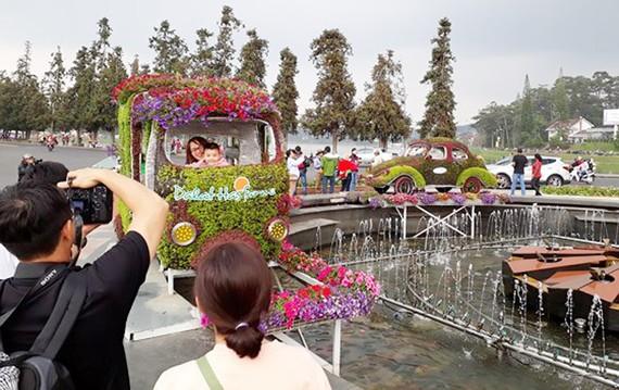 Khách thích thú chụp hình bên mô hình xe cổ làm bằng hoa, cây cảnh