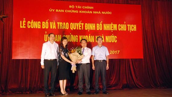 Ông Trần Văn Dũng, thứ 3 từ trái sang, nhận nhiệm vụ Chủ tịch UBCKNN