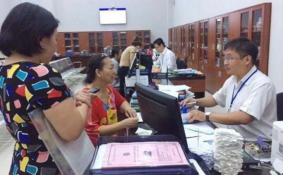 Cán bộ UBND quận 4 (TPHCM) giải quyết thủ tục hành chính cho người dân