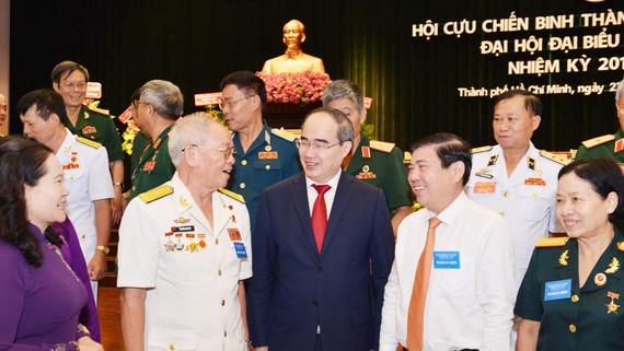 Bí thư Thành ủy TPHCM Nguyễn Thiện Nhân và Chủ tịch UBND TPHCM Nguyễn Thành Phong trao đổi cùng các đại biểu tại Đại hội đại biểu Hội Cựu chiến binh TPHCM. Ảnh: VIỆT DŨNG