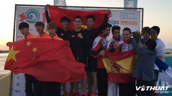 Le Hieu Nghia, Nguyen Thien Phung and Ho Thanh Phong triumphs in recognised poomsae team male over 17. (Source: vothuat.vn)