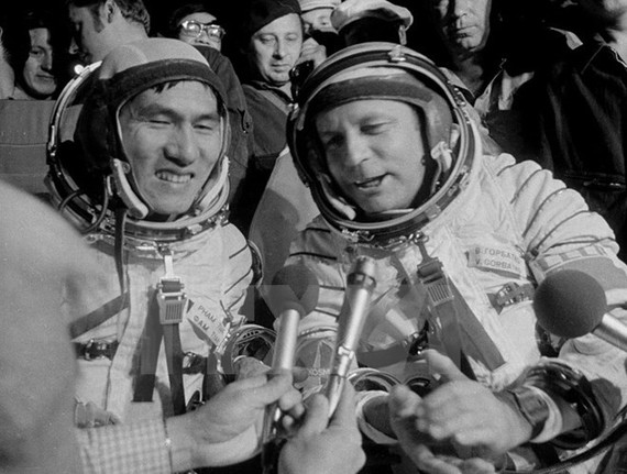 "Russian astronaut Viktor Gorbatko (R) and Vietnamese cosmonaut Pham Tuan returned to the Earth in the ""Union-37"" spaceship on July 23, 1980 (Photo: VNA)"