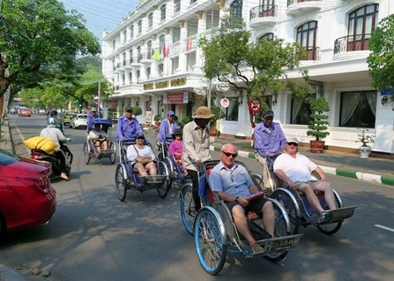 Foreign visitors tour Hue city (Photo: VNA)