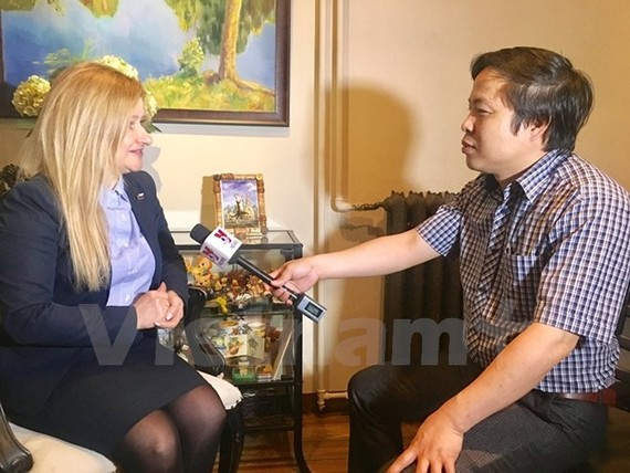 Olga Koshev, President of the Inter-Regional Organisation for Support and Protection of Small and Medium-sized Enterprises (L) (Source: VNA)