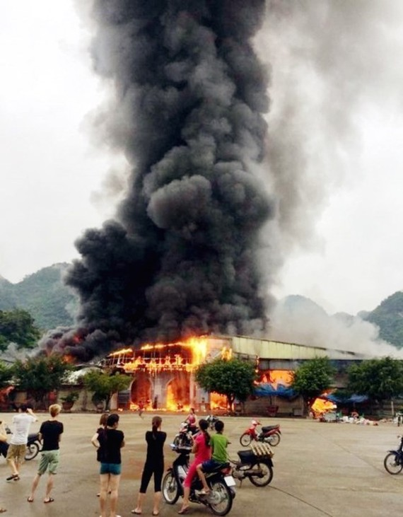 A big flame suddenly burns inside Tan Thanh border gate market this morning.