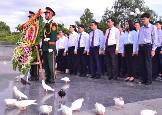 The central leaders visit the Road No.9 National Martyrs' Cemetery and Truong Son National Martyrs' Cemetery in the central province of Quang Tri.