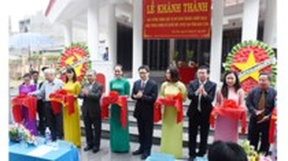 Deputy PM Vu Duc Dam and provincial leaders cut a ribbon to inaugurate the monument