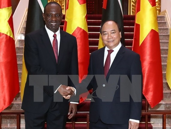 Prime Minister Nguyen Xuan Phuc (R) and his Mozambican counterpart Carlos Agostinho do Rosario (Source: VNA)