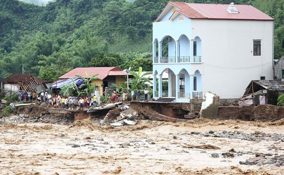 Floods wash away roads and houses in Muong La district of Son La province (Photo: VNA)