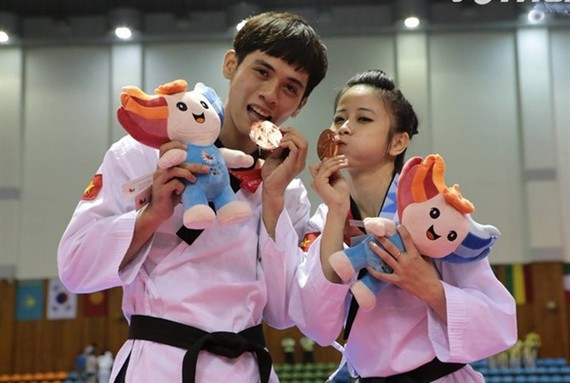 Chau Tuyet Van and Nguyen Thien Phung (right) won bronze medals for Vietnam at the Summer Universiade in the Republic of Korea in 2015. (File Photo)