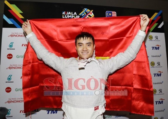 Fencer holding national flag at SEA Games opening ceremony wins gold medal